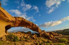 Voûte naturelle dans le désert Photographie stock