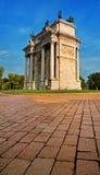 Voûte ou porte Sempione - un monument de paix à Milan Photographie stock libre de droits