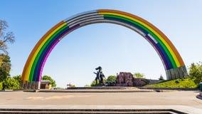 Voûte peinte par arc-en-ciel de l'amitié des personnes Photographie stock libre de droits
