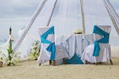 Voûte, table et installation de mariage sur la plage Image libre de droits