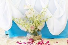 Voûte, table et installation de mariage sur la plage Image stock