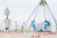 Voûte, table et installation de mariage sur la plage Images stock