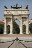 Voûte triomphale à Milan, Italie Photographie stock libre de droits