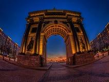 Voûte triomphale de photo à Moscou la nuit Photo libre de droits