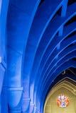 Voûtes bleues et verre souillé rond Photo libre de droits