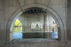 Voûtes concrètes sous le pont de fondateurs à Hartford, le Connecticut photographie stock