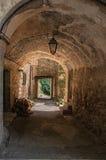 Voûtes de passage couvert piétonnier sous des bâtiments dans Châteaudouble Photographie stock libre de droits