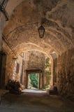 Voûtes de passage couvert piétonnier sous des bâtiments dans Châteaudouble Photos stock