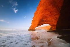 Voûtes de pierre de Legzira, l'Océan Atlantique, Maroc Image libre de droits