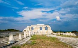 Voûtes en partie reconstruites de la grande basilique Pliska au Photos stock