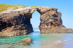 Voûtes en pierre sur Playa de las Catedrales Image libre de droits