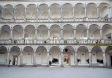 Voûtes et colonnes sur le vieux bâtiment en pierre Photos libres de droits