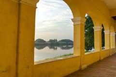 Voûtes et vue de façade d'une rivière Images libres de droits