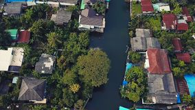 Voando acima do canal de Phasi Charoen na cidade de Banguecoque, Tailândia Fotografia de Stock