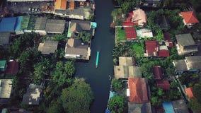 Voando acima do canal de Phasi Charoen na cidade de Banguecoque, Tailândia Imagens de Stock Royalty Free