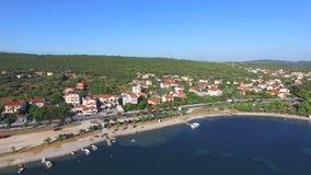 Voando acima dos apartamentos turísticos na costa dalmatian, Croácia video estoque