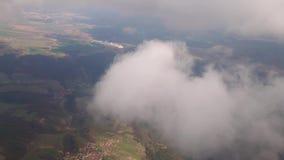 Voando em um plano no meio das nuvens, a paisagem é visível vídeos de arquivo