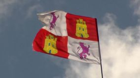 Voando no vento a bandeira de Leon no fundo do céu azul filme