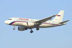 Voando o Airbus A319-111 (VQ-BAR) do close up de Rússia da linha aérea Foto de Stock Royalty Free
