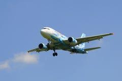Voando o Airbus A319-111 (VQ-BAS) da linha aérea Rússia na cor do clube Zenit do futebol Fotografia de Stock Royalty Free