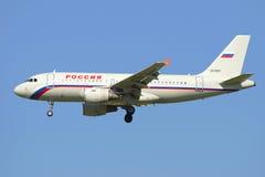Voando o Airbus A319-111 (VQ-BAU) da linha aérea Rússia Veja o perfil Imagens de Stock Royalty Free