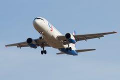 Voando o ` das linhas aéreas de Ural do ` de Airbus A320 VP-BDL no céu sem nuvens azul Imagens de Stock Royalty Free