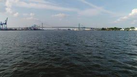 Voando o ponto baixo muito rápido para molhar o Rio Delaware Walt Whitman Bridge Philadelphia filme