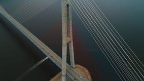 Voando para trás, vista de ascensão aérea da ponte cabo-ficada do russo através do passo oriental de Bosphorus na maneira a filme