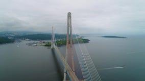 Voando para trás, vista de ascensão aérea da ponte cabo-ficada do russo através do passo oriental de Bosphorus na maneira a vídeos de arquivo