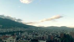 Voando sobre a cidade de Quito, Equador vídeos de arquivo