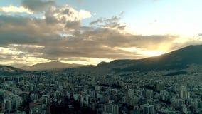 Voando sobre a cidade de Quito, Equador video estoque
