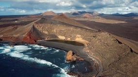 Voando sobre o EL vulcânico Golfo do lago, Lanzarote, Ilhas Canárias vídeos de arquivo