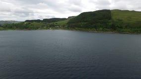 Voando sobre o mar no abrigo de Craobh com o Arduaine no fundo, Escócia vídeos de arquivo