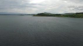 Voando sobre o mar no abrigo de Craobh com o Arduaine no fundo, Escócia filme