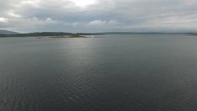 Voando sobre o mar no abrigo de Craobh com a ilha de Jura no fundo e girando para Arduaine, Escócia video estoque