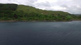 Voando sobre o mar no abrigo de Craobh para as costas, Escócia video estoque