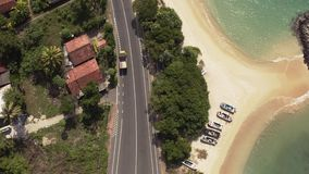 Voando um zangão sobre a costa e ilhas no oceano no alvorecer vídeos de arquivo