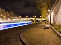 Voar-barco que cruza no rio Seine em a noite. foto de stock royalty free