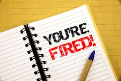 Você é despedido Conceito do negócio para desempregados ou descarga escrita no bloco de notas com espaço da cópia no fundo de mad foto de stock