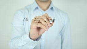 Você é mais forte do que você pensa, escrevendo na tela transparente filme