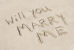 Você casar-me-á escrito na areia Imagens de Stock Royalty Free