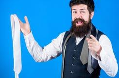 Você deve comprá-lo Assistente de loja que aponta o dedo e que oferece a variedade larga das gravatas para comprar bearded imagens de stock royalty free