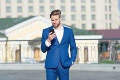 Você melhora o telefone da picareta Chamada ou mensagem video do smartphone do uso do homem de negócios Conceito da chamada do ne foto de stock