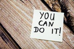 Você pode fazê-lo mensagem escrita à mão inspirador no Livro Branco com fundo de madeira retro da casca Mes positivos e inspirado Foto de Stock