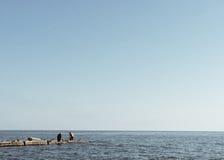 Você pode olhar o mar por muito tempo, mas escuta o som das ondas constantemente Foto de Stock