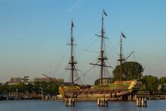VOC船在阿姆斯特丹港口 免版税图库摄影