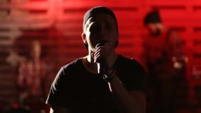 Vocalista elegante que realiza la canción con su banda almacen de metraje de vídeo