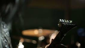 Vocalista y batería de la banda de heavy metal negra en el fondo oscuro almacen de video