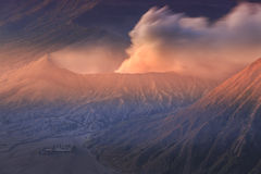 Vocalno de Bromo au lever de soleil, Java-Orientale, l'Indonésie Photo stock