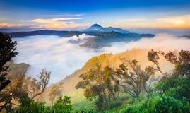 Vocalno en la salida del sol, Java Oriental de Bromo, Indonesia foto de archivo